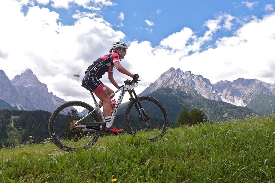 Christina Kollmann-Forstner gewinnt den Südtiroler Marathon in den Dolomiten (Bild: newspower.it)